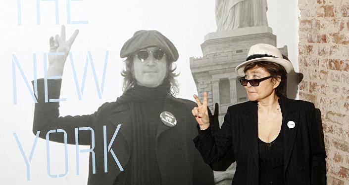 يوكو أونو وهي تكشف عن معرض جون لينون: سنوات مدينة نيويورك في قاعة روك آند رول أوف فيم