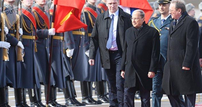 الرئيس اللبناني ميشال عون خلال وصوله إلى موسكو