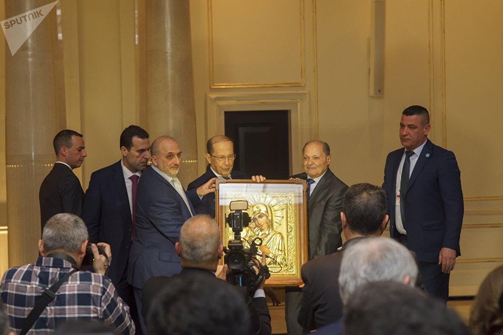 رئيس البيت اللبناني فرحات الجمل وعضو الجمعية ميشال خداج خلال تقديم أيقونة العذراء للرئيس اللبناني