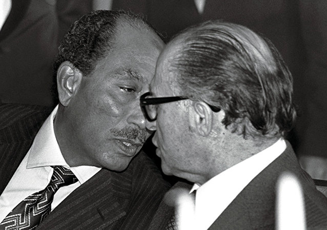 الرئيس المصري أنور السادات ورئيس الوزراء الإسرائيلي مناحم بيجن وتوقيع اتفاقية كامب ديفيد