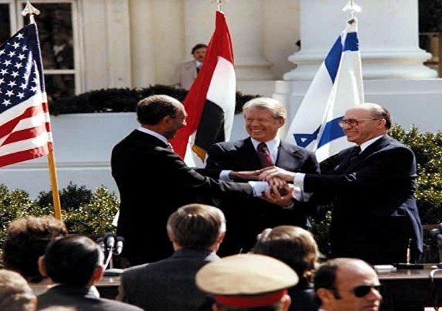 الرئيس المصري أنور السادات والرئيس الأمريكي جيمي كارتر ورئيس الوزراء الإسرائيلي مناحم بيجن توقيع معاهدة كامب ديفيد