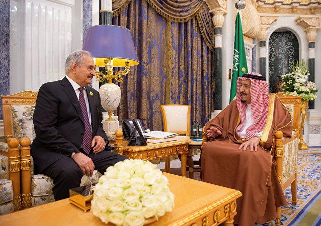 العاهل السعودي الملك سلمان بن عبد العزيز يلتقي قائد الجيش الليبي المشير خليفة حفتر