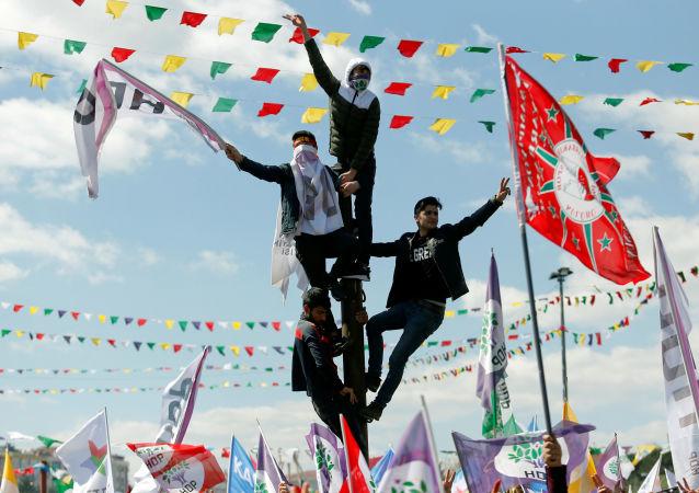 تجمع المواطنين للاحتفال بعيد النوروز، الذي يصادف وصول الربيع والعام الجديد وفق التقويم الفارسي، في اسطنبول، تركيا في 24 مارس/ آذار 2019