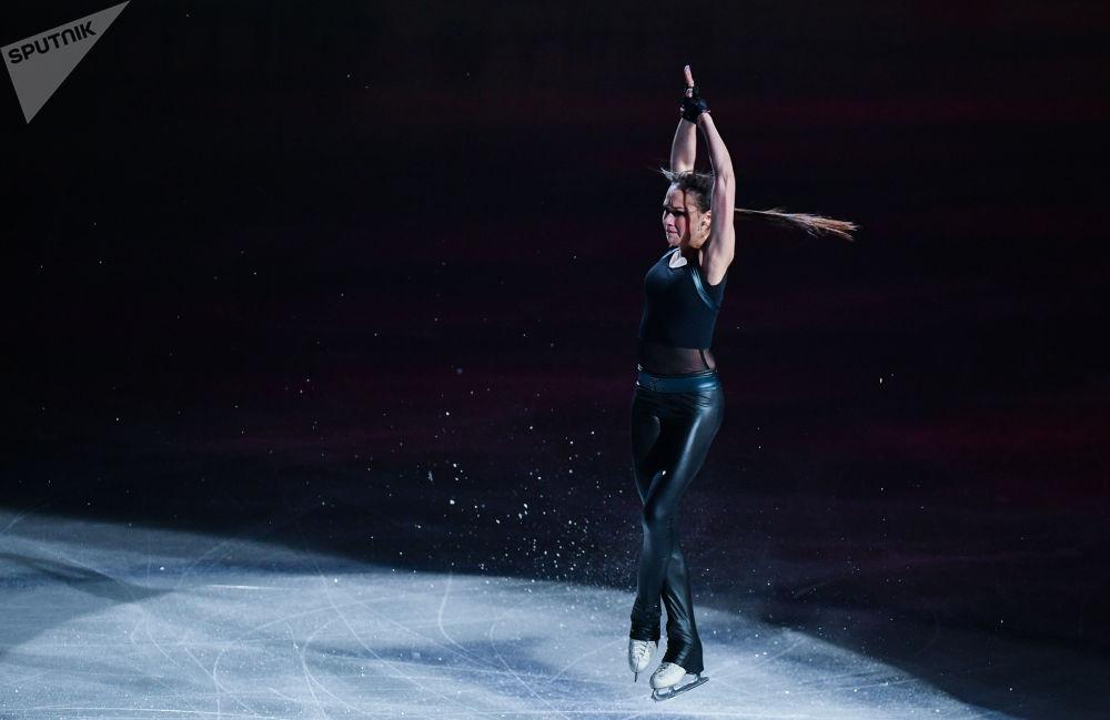 المتزحلقة الروسية ألينا زاغيتوفا خلال أداء فني للتزحلق الفردي بين النساء، في بطولة العالم للتزحلق الفني على الجليد في سايتاما، اليابان