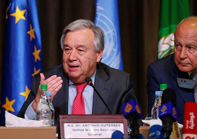 الأمين العام للأمم المتحدة أنطونيو غوتيريش والأمين العام لجامعة الدول العربية أحمد أبو الغيط يحضران مؤتمرا صحفيا في تونس