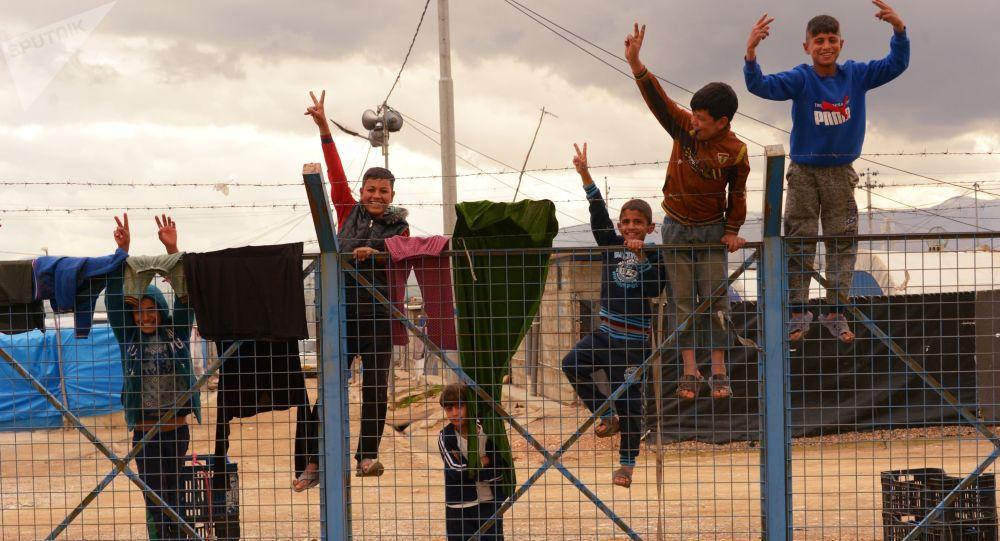 أطفال في مخيم للاجئين السوريين وغيرهم بالقرب من بلدة السليمانية، كردستان العراق