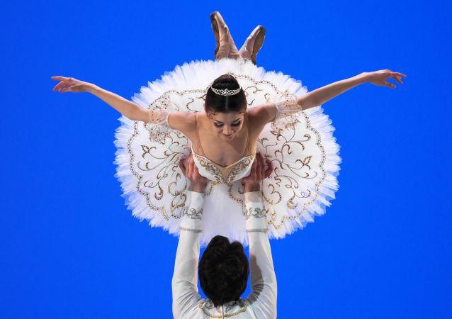 راقصا الباليه في مسابقة روسيا الرابعة لراقصي الباليه الروسي في موسكو