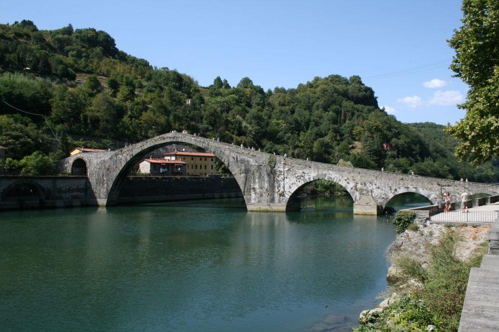 جسر ماريا ماغدالينا في مدينة بورغو-أ-موتسانو، إيطاليا