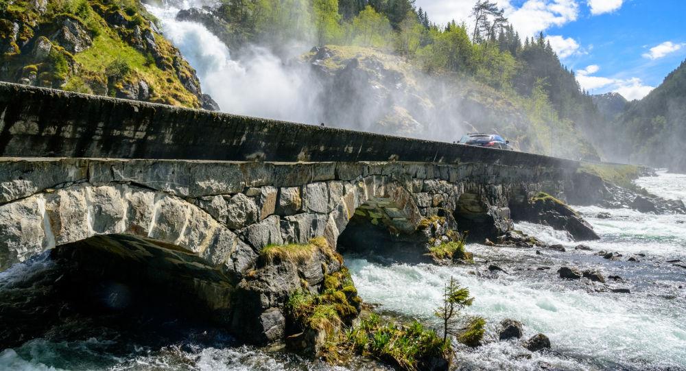 جسر بالقرب من شلال لوتيفوس في النرويج