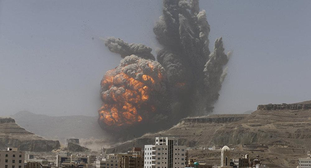 الدخان يرتفع خلال غارة جوية على مستودع أسلحة للجيش على جبل يطل على العاصمة اليمنية صنعاء