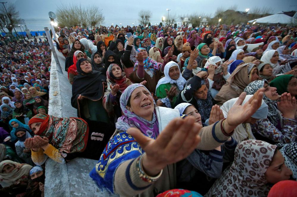 النساء المسلمات الكشميريات يتفاعلن عند رؤية شعر يُعتقد أنها شعر من لحية النبي محمد ص خلال الاحتفالات بماسبة ذكرى الإسراء والمعراج، في معبد حضرت بل في سريناغار في الهند 4 أبريل/ نيسان 2019