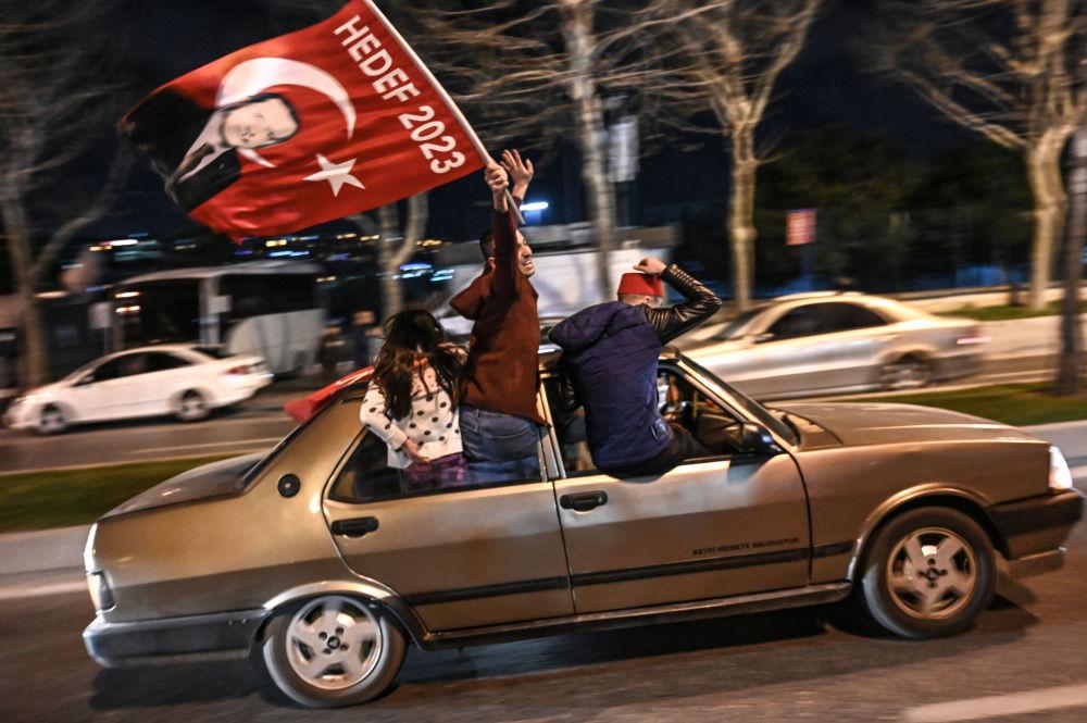 أنصار حزب العدالة والتنمية التركي يحتفلون بنتائج انتخابات البلدية التركية في اسطنبول، تركيا 31 مارس/ آذار 2019