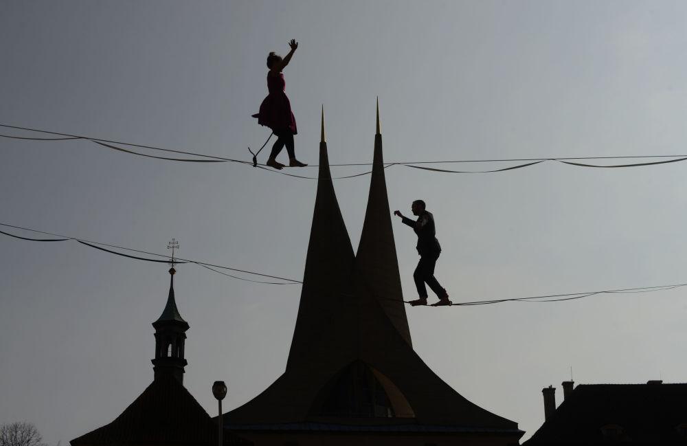 المتجولون أمام دير إماوسيكي في براغ، جمهورية التشيك 1 أبريل/ نيسان 2019