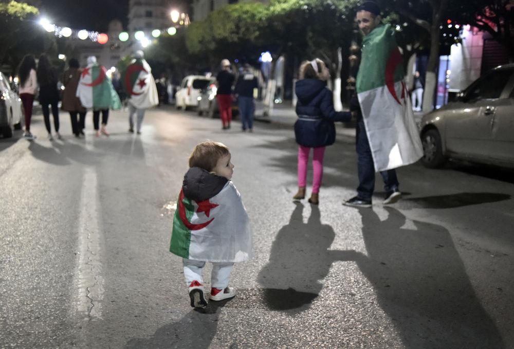 الجزائريون يحتفلون بتنحي الرئيس عبدالعزيز بوتفليقة في العاصمة الجزائر، الجزائر 2 أبريل/ نيسان 2019