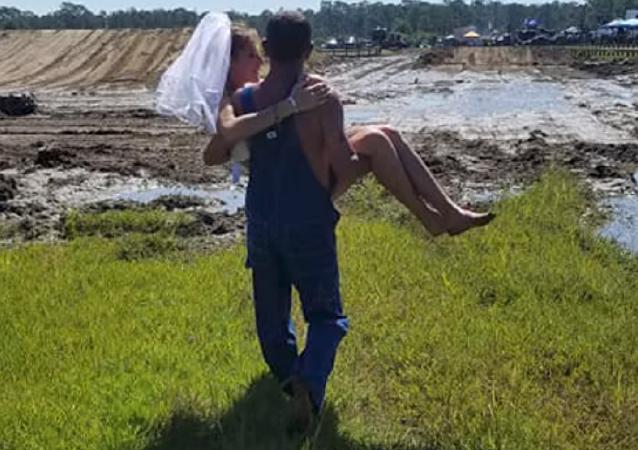 زفاف أمريكي غريب وسط الوحل