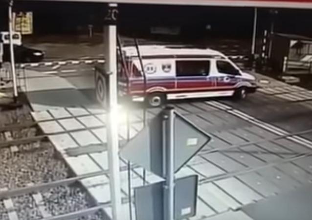 قطار يصدم سيارة اسعاف
