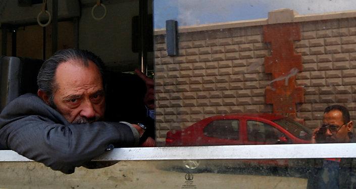 مواطن يركب الترام في الإسكندرية