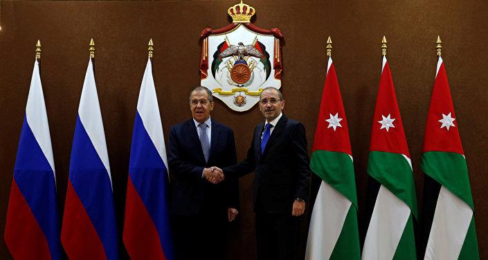 وزير الخارجية الروسي سيرغي لافروف ونظيره الأردني أيمن الصفدي