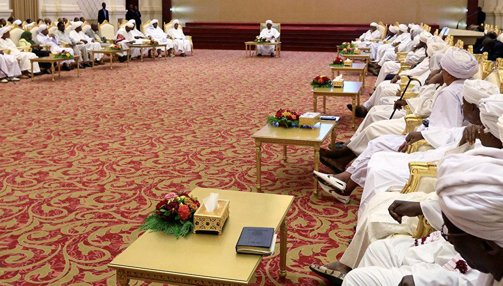 الرئيس السوداني عمر البشيرفي اجتماع لجنة الحوار الوطني في قصر الرئاسة بالخرطوم