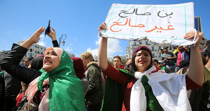 احتجاج بعد أن عين البرلمان رئيس مجلس الشيوخ عبد القادر بن صالح رئيسا مؤقتا في الجزائر العاصمة