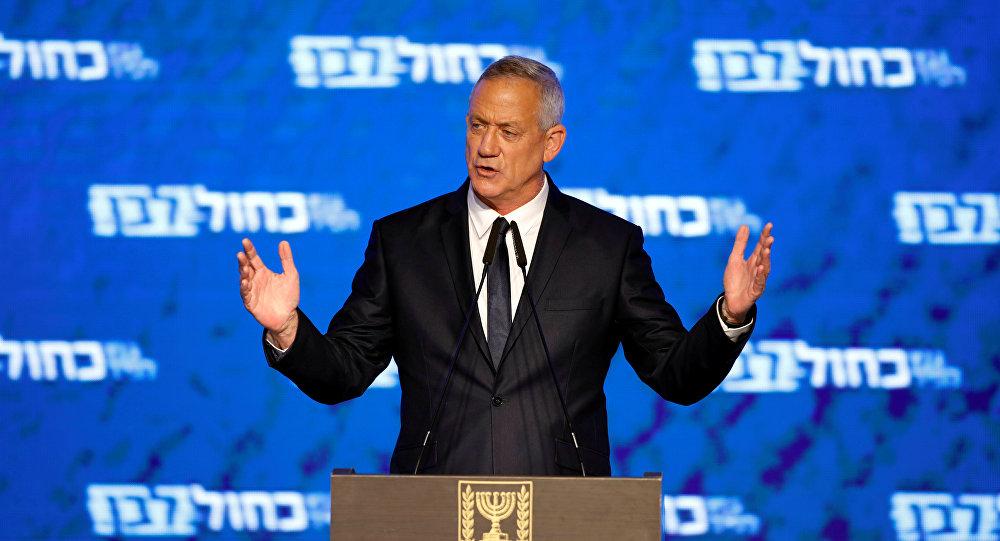 بني غانتس رئيس حزب أبيض أزرق يلقي كلمة بعد الإعلان عن استطلاعات الرأي في الانتخابات البرلمانية الإسرائيلية في مقر حزبه في تل أبيب