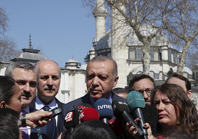 الرئيس التركي رجب طيب أردوغان يتحدث لوسائل الإعلام أثناء الانتخابات البلدية في تركيا