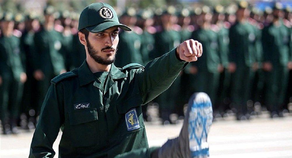 ضابط إيراني من الحرس الثوري يرفع علم إسرائيل على حذائه