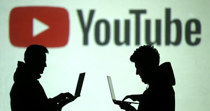 مستخدمو الأجهزة المحمولة بجوار عرض لشعار يوتيوب