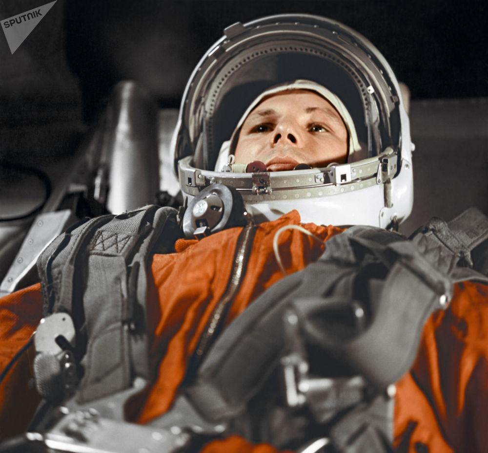رائد الفضاء الروسي يوري غاغارين داخل قمرة المركبة الفضائية فوستوك، 12 أبريل/ نيسان 1961