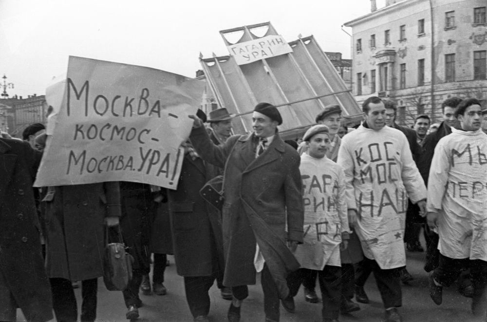 طلاب جامعة موسكو يخرجون في مظاهرات احتفالاً برحلة يوري غاغارين إلى الفضاء.