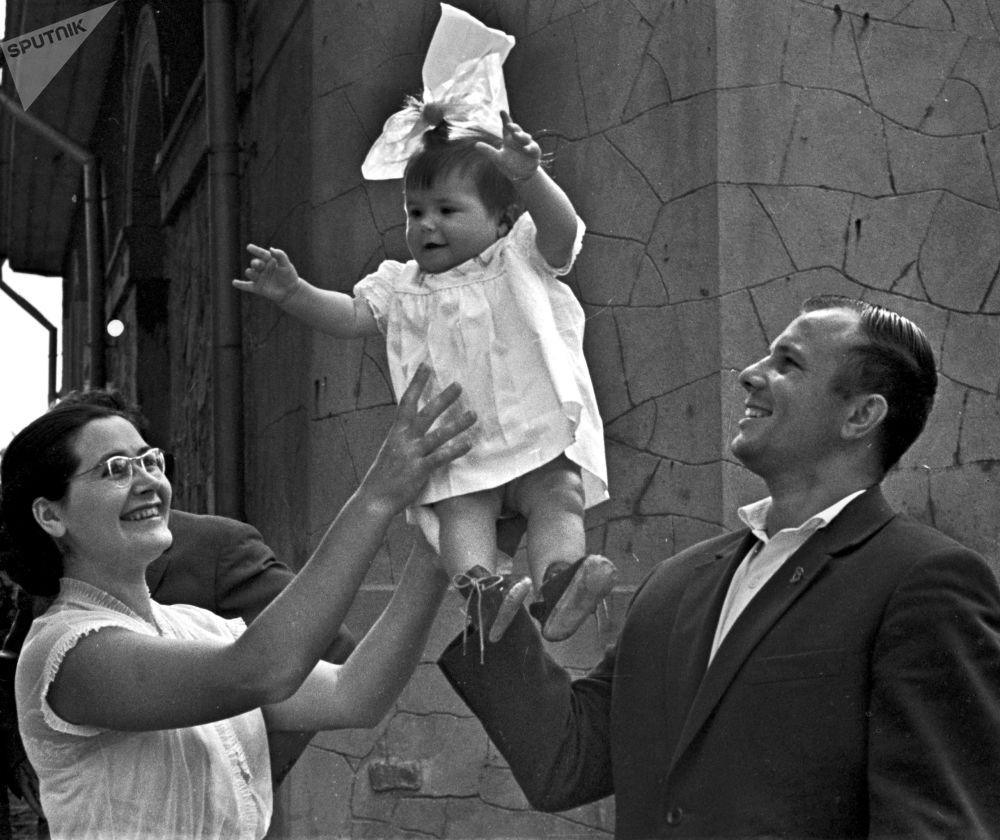 يوري غاغارين وزوجته فالينتينا مع ابنته غالينا