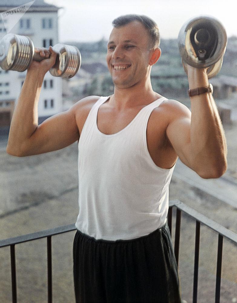 يوري غاغارين يمارس الرياضة