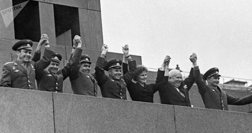 بافل بوبوفيتش وغيرمان تيتوف وأندريان نيكولاييف ويوري غاغارين وفالينتينا تيريشكوفا والزعيم السوفيتي نيكيتا خروتشوف وفاليري بيكوفسكي (من اليسار إلى اليمين) على منصة ضريح لينين أثناء مراسم استقبال ومسيرة عند الانتهاء من الرحلة الفضائية على متن فوستوك -5 وفوستوك 6.