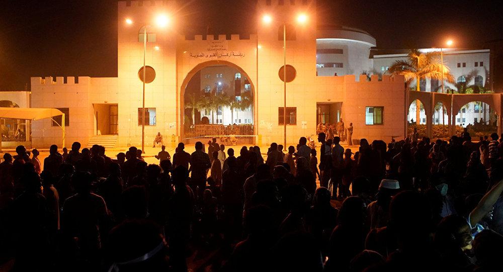 متظاهرون يطالبون الرئيس السوداني عمر البشير بالتنحي خارج وزارة الدفاع في الخرطوم