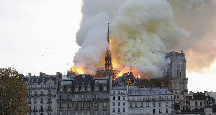 حريق في كاتدرائية نوتردام في العاصمة الفرنسية باريس/ 15 نيسان/أبريل 2019
