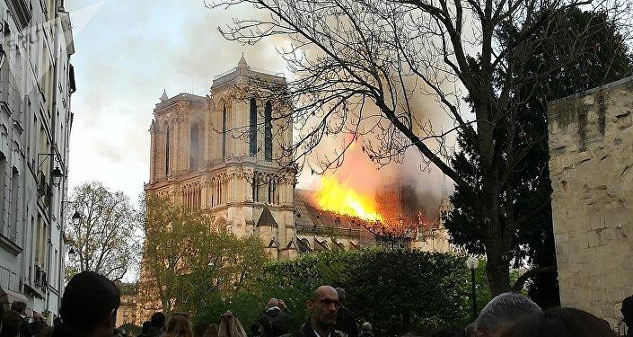 اندلاع حريق في كاتدرائية نوتردام بباريس