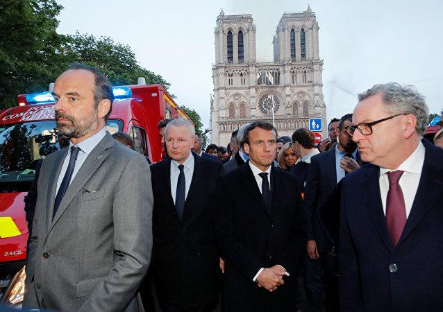 الرئيس الفرنسي إيمانويل ماكرون في موقغ حريق كاتدرائية نوتردام في العاصمة الفرنسية باريس، 15 نيسان/أبريل 2019