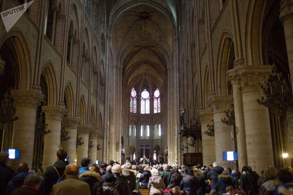 مصلون أثناء خدمة يوم الجمعة العظيمة، قبل عيد الفصح الكاثوليكي في كاتدرائية نوتردام