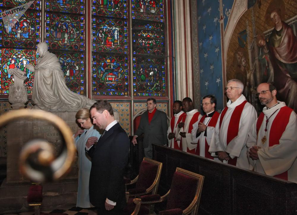 الرئيس الروسي دميتري مدفيديف خلال زيارته لكاتدرائية نوتردام، عام 2010