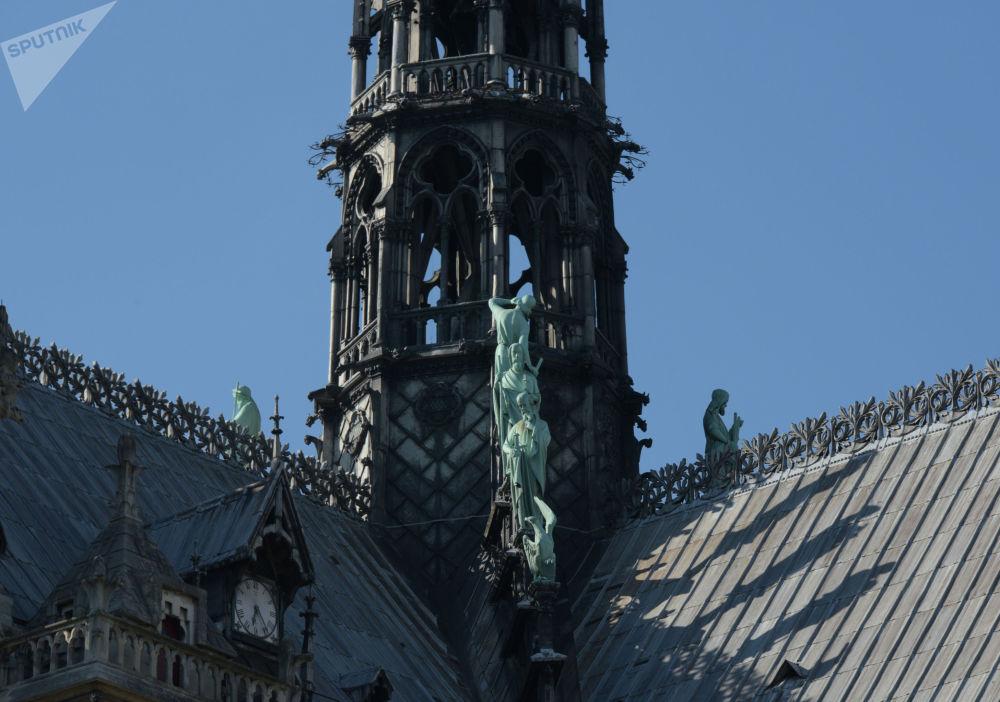 تماثيل تلاميذ المسيح (الرسل) بالقرب من المسلة التي كانت تعلو سطح نوتردام في باريس