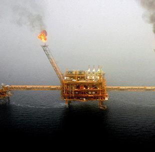 مشاعل الغاز من منصة إنتاج النفط في حقول نفط سوروش