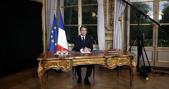الرئيس الفرنسي إيمانويل ماكرون يخاطب الأمة الفرنسية إثر حريق هائل في كاتدرائية نوتردام في قصر الإليزيه في باريس