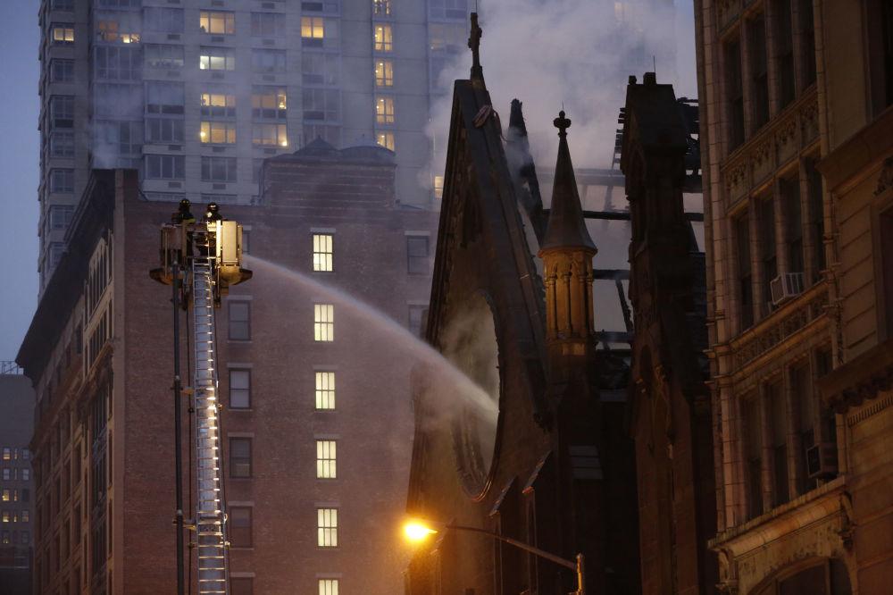اطفاء الحريق في كاتدرائية الثالوث المقدس (الكاتدرائية الصربية الأرثوذكسية) في نيويورك، 1 مايو/ أيار 2016