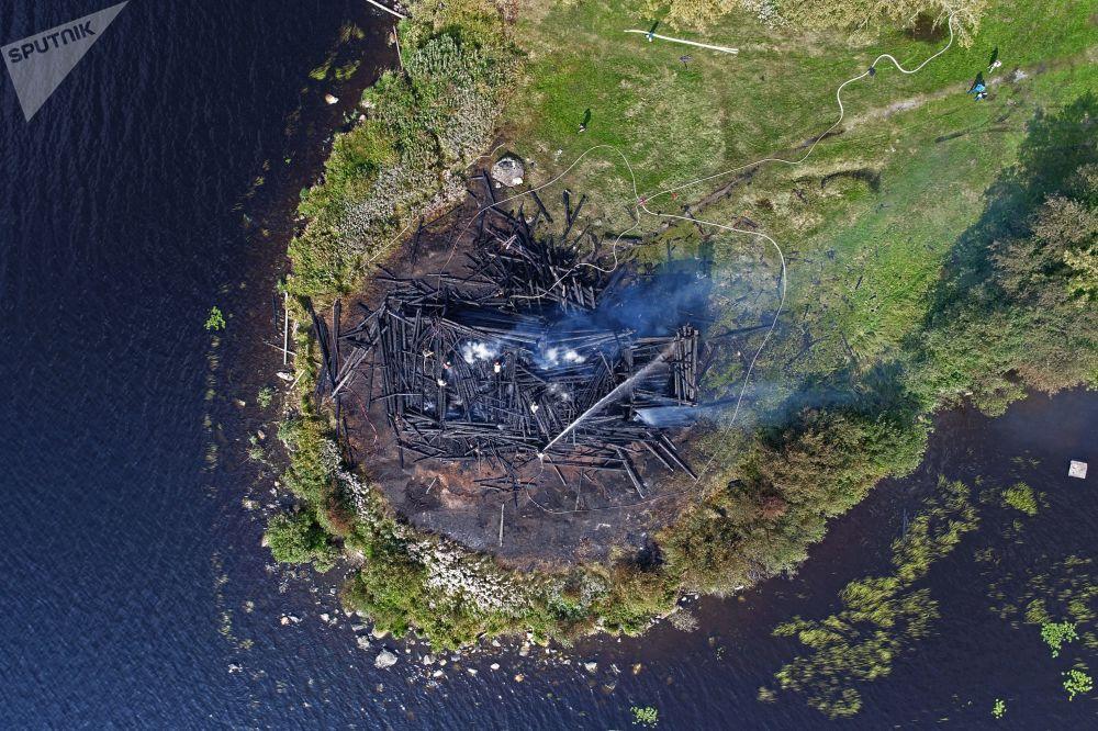 كاتدرائية الرقاد بعد حريق ضخم في كوندوبوغا في جزر الكوريل، 2018