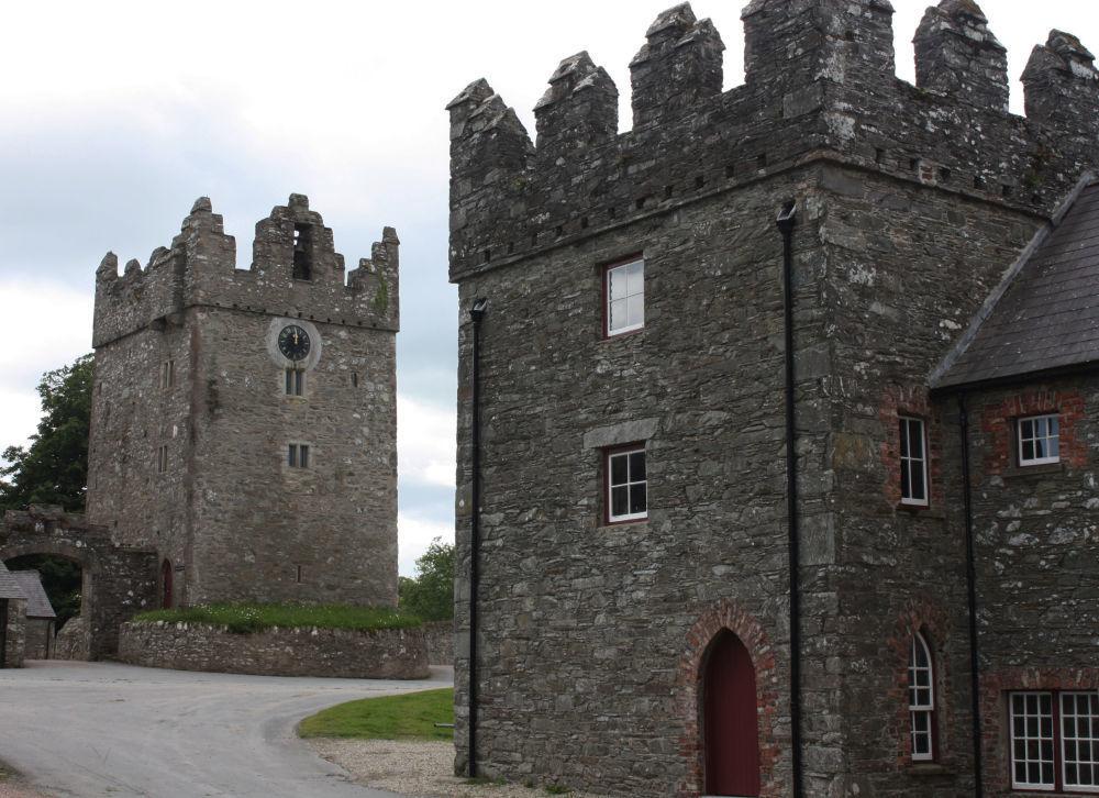 قلعة وارد - واحدة من قلاع إيرلندا (القرن الـ13) على الطراز القوطي الجديد، وتقع بالقرب من قرية سترانغفورد