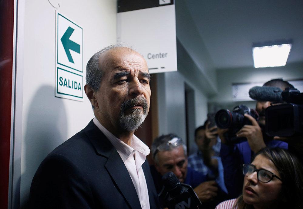 النائب البيروفي ماوريسيو مولدر في رواق المستشفى حيث تم نقل الرئيس البيروفي السابق آلان جارسيا بعد أن أطلق النار على نفسه ، في ليما