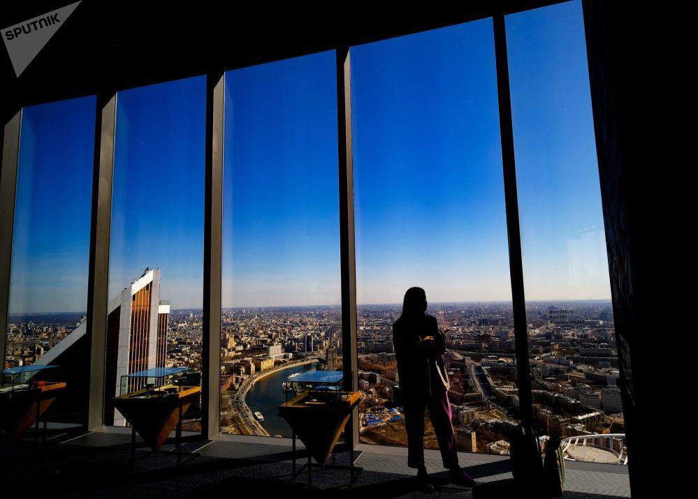 زوار منصة المشاهدة بانوراما 360 (PANORAMA360)، على الطابق الـ89 من برج فيديراتسيا (الفيدرالية)، في المجمع الاقتصادي الدولي موسكفا-سيتي (موسكو سيتي)