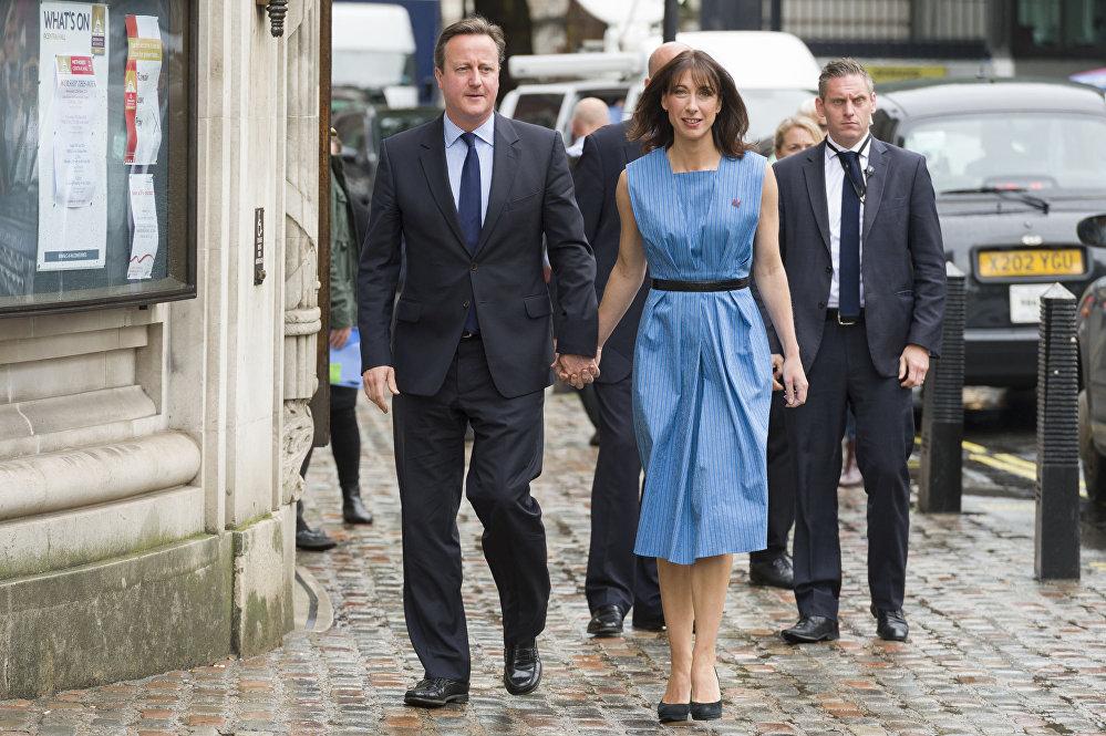 رئيس الوزراء البريطاني ديفيد كاميرون وزوجته سامنتا قبل الذهاب للتصويت في الاستفتاء بقاء أم خروج بريطانيا من الاتحاد الأوروبي