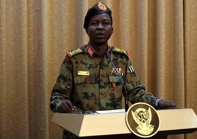 المتحدث باسم الجيش السوداني اللواء شمس الدين كباشي يحضر مؤتمرا صحفيا في الخرطوم