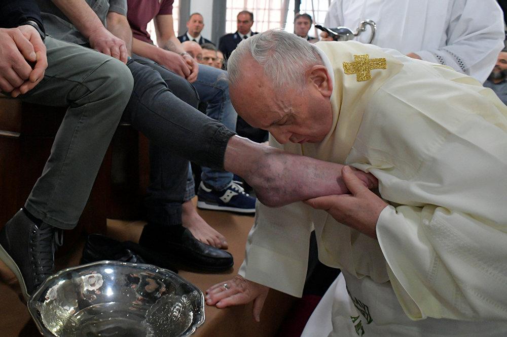 يقبل البابا فرانسيس قدم سجين خلال احتفالات يوم الخميس المقدس في سجن فيليتر هاوس في فيليتري بالقرب من روما.